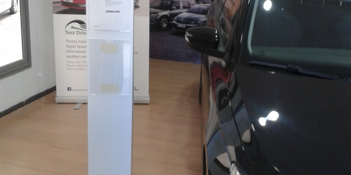 Présentoir Métallique  avec porte affiche plexiglas découpe laser Pour Showroom SKODA