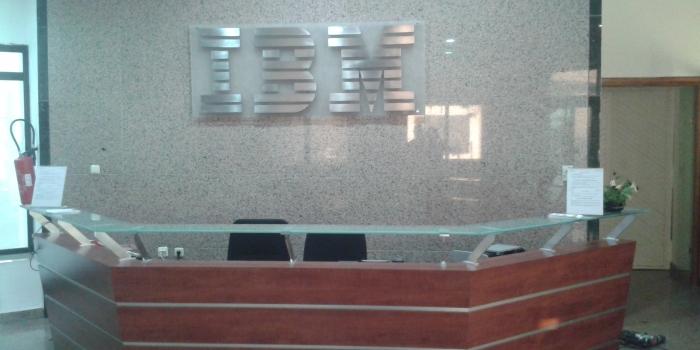 Plaque plexiglas avec lettres IBM en INOX