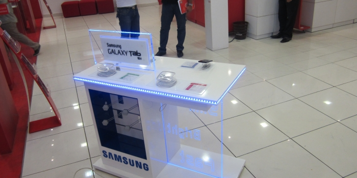 Présentoirs en MDF SAMSUNG avec éclairage en LED .