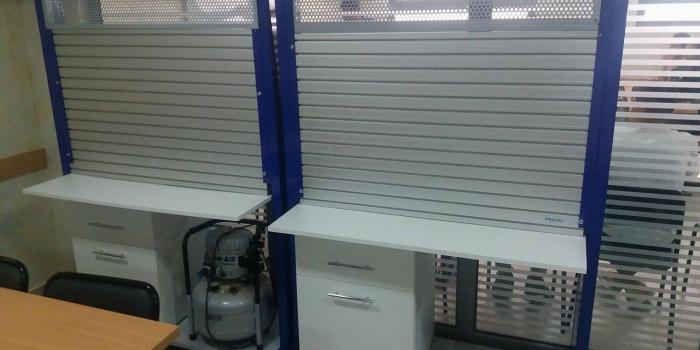 Présentoir métallique avec  casier de rangement en MDF blanc